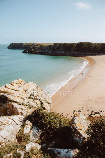 Idyllischer Blick auf grünes Wasser, menschenleere Küste und kahle Felsen in der Barafundle Bay an sonnigen Tagen — Stockfoto