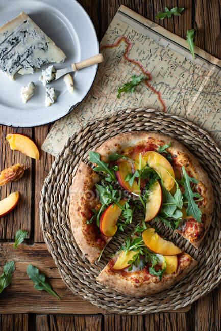 Leckere frische Sommerpizza auf Holztisch in rustikaler Küche — Stockfoto