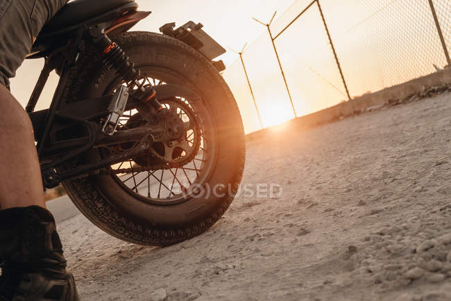 Male riding moto on dirt road, close-up — Stock Photo