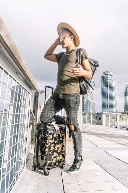 Durata completa di un viaggiatore che prende tempo per esplorare la città — Foto stock