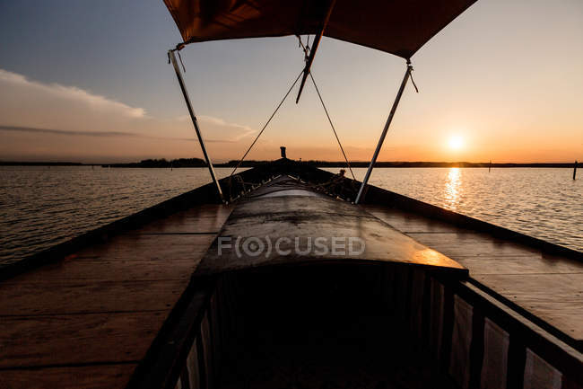 Front of boat riding along sea at twilight — Foto stock