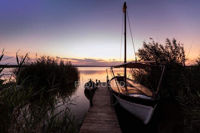 Vertäute Boote an Holzsteg — Stockfoto