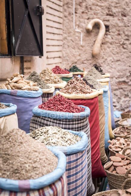Cestas de vime com ervas secas colocadas no mercado na rua de Marraquexe, Marrocos — Fotografia de Stock