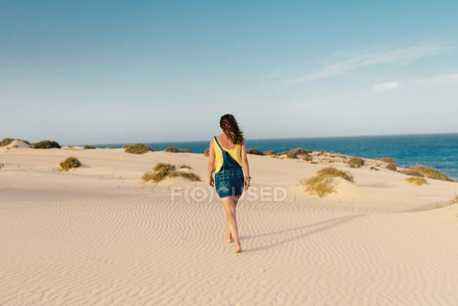Active woman walking in dry desert sand barefoot — Foto stock
