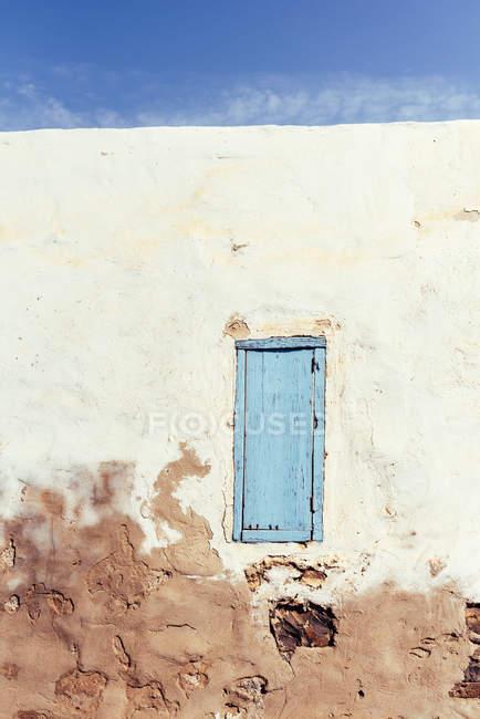 Finestra chiusa in muro rustico di vecchia casa — Foto stock