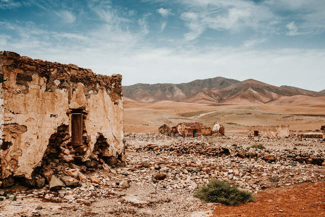 Breathtaking landscape of old abandoned brick houses in dry desert surrounded by mountains in Fuerteventura, Las Palmas, Spain — Stock Photo