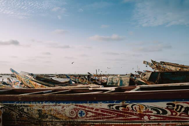 Лодки с красочными фасадами в гавани — стоковое фото