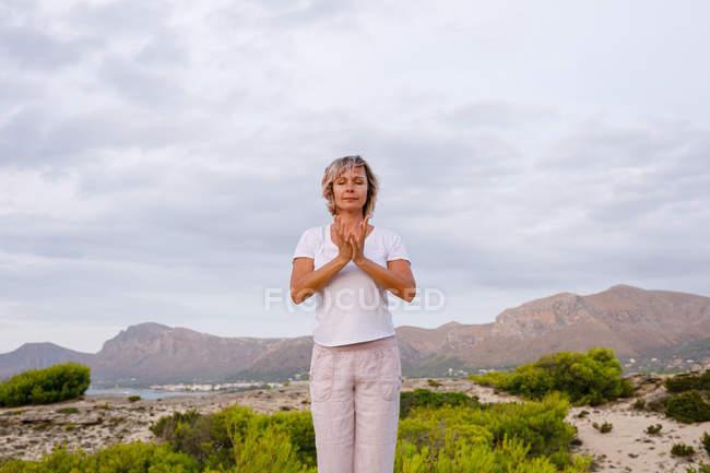 Взрослые женщины делают дыхательные упражнения — стоковое фото