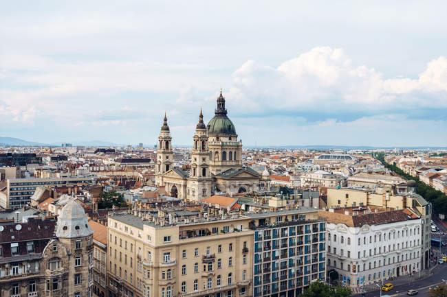 Сверху компактные разноцветные дома и здания, окружающие удивительные кафтаны в Будапеште — стоковое фото