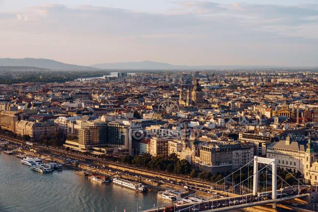 Bateaux sur le canal de la ville coulant sous le pont en plein jour à Budapest — Photo de stock