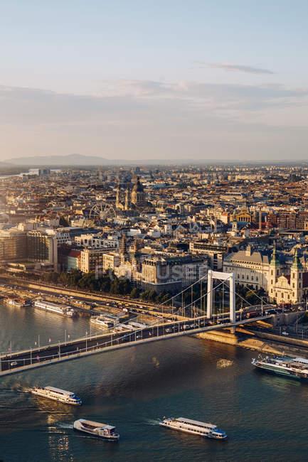 D'en haut paysage étonnant de la ville peuplée et grand pont sur la rivière de Budapest — Photo de stock