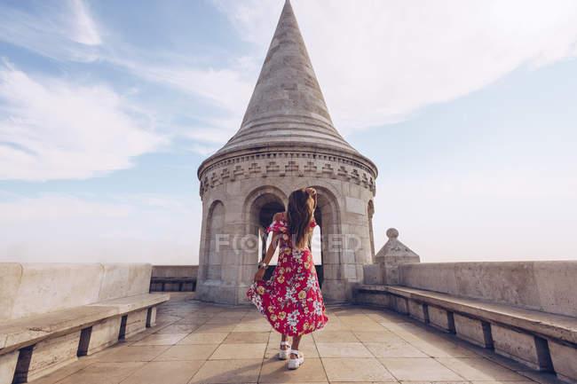 Frau in buntem Kleid läuft gegen Altbau in Budweis — Stockfoto