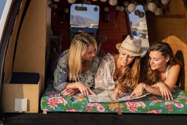 Жінки дивляться на карту всередині мінівену. — стокове фото