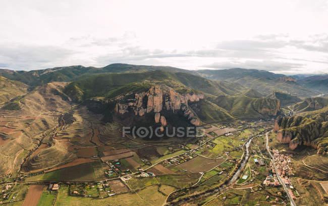 Вид з висоти на гірський ланцюг і сільський ландшафт в Іслаллані (Ла - Ріоха, Іспанія). — стокове фото