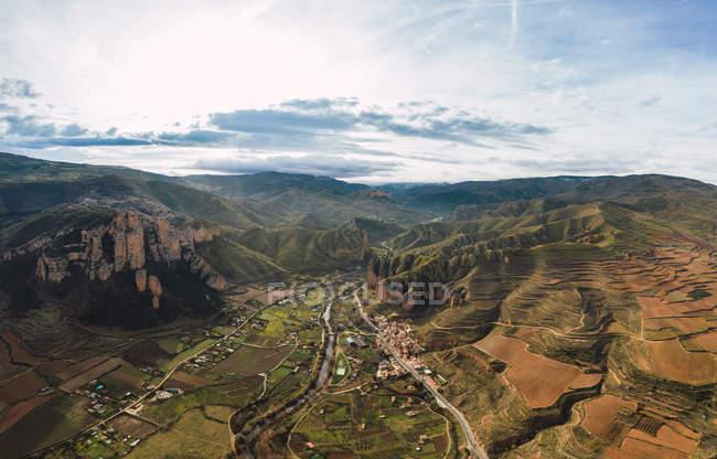 Vue aérienne d'une chaîne de montagnes et d'un paysage de village à Islallana, La Rioja, Espagne — Photo de stock