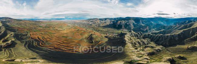 Повітряний панорамний вид гірських ланцюгів і сільських ландшафтів в Ісллані, Ла-Ріоха, Іспанія. — стокове фото