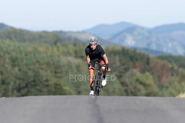 Професійний велосипедист їде на велосипеді в парку. — стокове фото