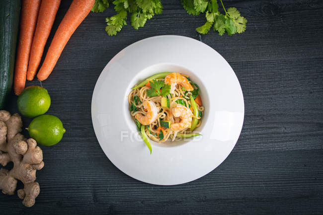 Leckeres thailändisches Pad mit Gemüse und Garnelen in weißem Teller — Stockfoto