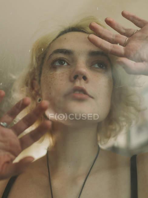 Очаровательная грустная женщина отворачивается — стоковое фото