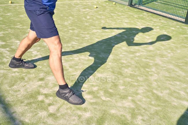 Imagen del hombre en una cancha de tenis - foto de stock