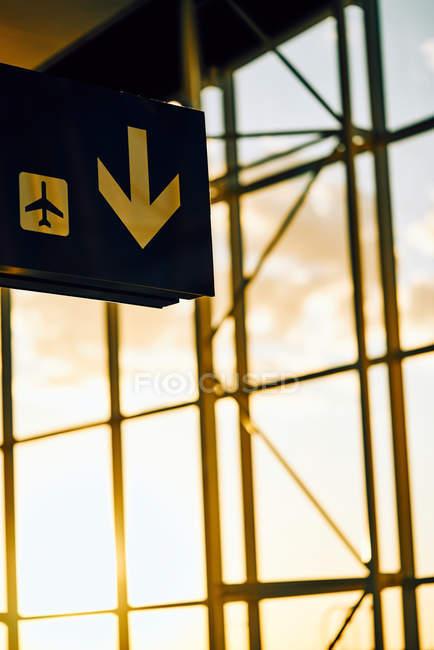 Sinal preto com seta amarela apontando direção e localização do avião no aeroporto Texas — Fotografia de Stock