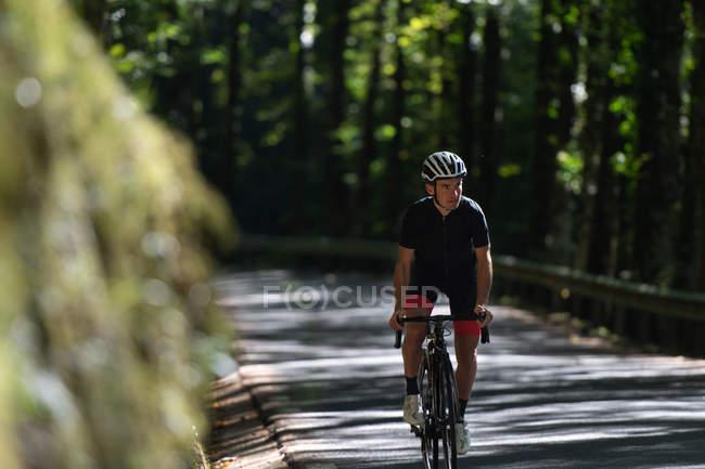 Профессиональный велосипед для велосипедистов в парке — стоковое фото