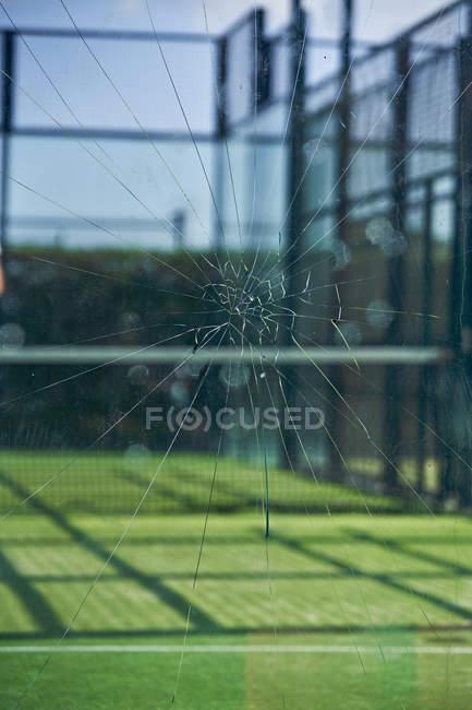 El cierre de una copa rota en una pista de tenis - foto de stock