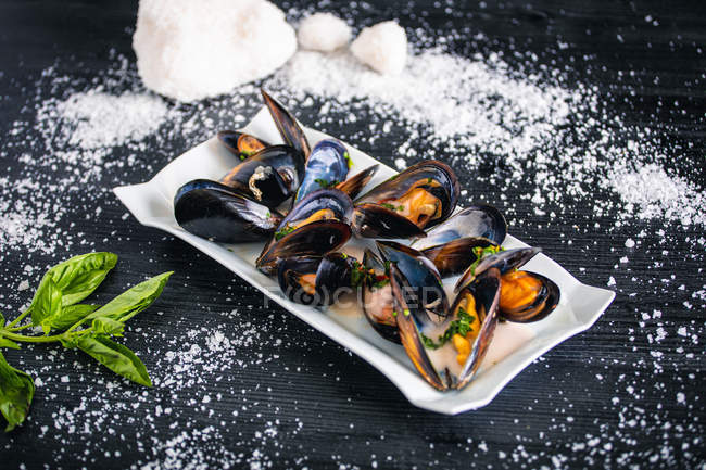 Steamed mussels with Thai sauce in white plate — Stock Photo