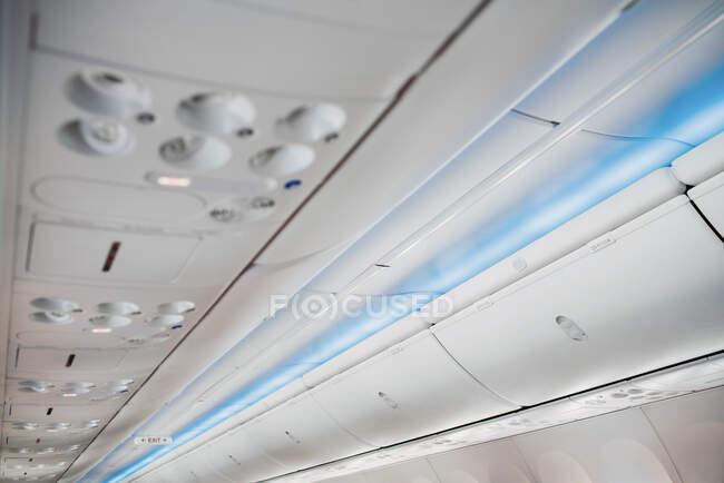 Compartimento de teto de aeronave branca com botões diferentes — Fotografia de Stock