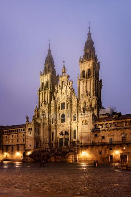 Santiago de compostela kathedrale bei nebeliger nacht nach regen, galicien, spanien. — Stockfoto