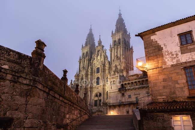 Cattedrale di Santiago de Compostela nella nebbiosa notte dopo la pioggia, Galizia, Spagna . — Foto stock