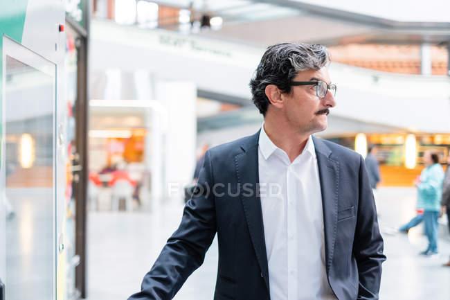 Крупный бизнесмен в стильной формальной одежде в торговых центрах — стоковое фото