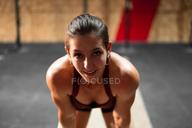 Юная усталая спортсменка в перерывах между упражнениями в тренажерном зале — стоковое фото