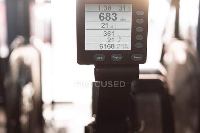 Équipement professionnel montrant les mesures d'entraînement et le temps de la personne dans la salle de gym — Photo de stock