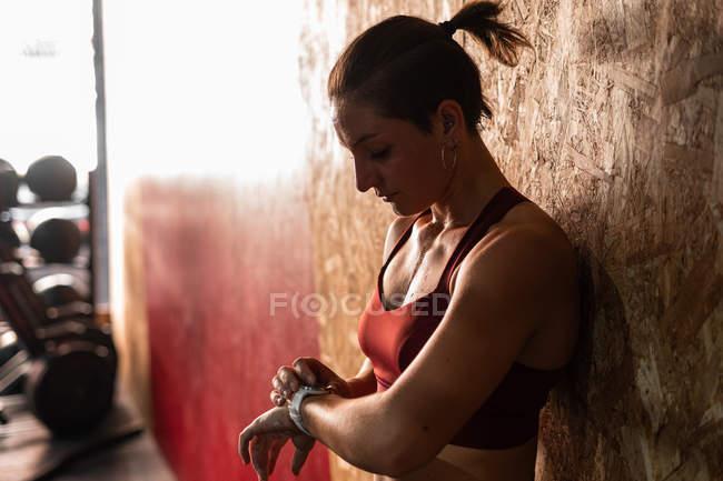 Femme avec traceur moderne montre temps de contrôle de l'exercice de sport — Photo de stock