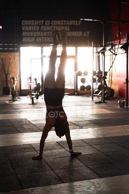 Погляд на мускулисту енергійну жінку на майданчику спортивного клубу робить поштовхи до рук під час тренування. — стокове фото