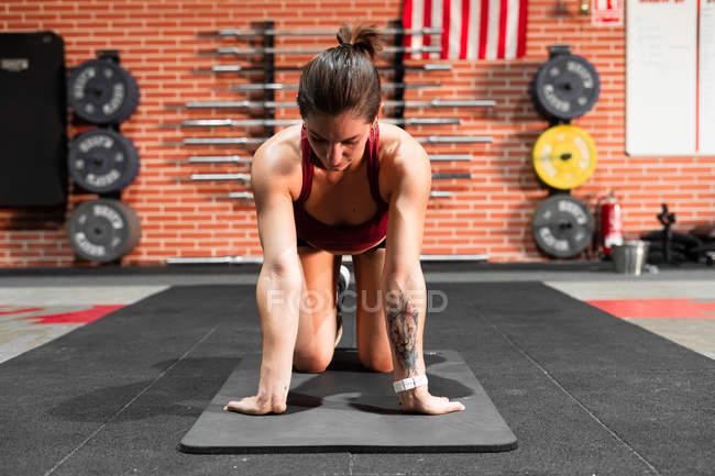 Athlète polyvalent faisant des exercices d