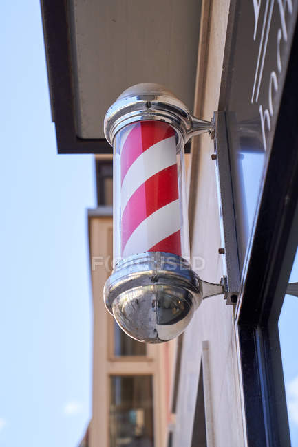Rotating post symbolizing the barbershop on the facade. Barbershop — Stock Photo