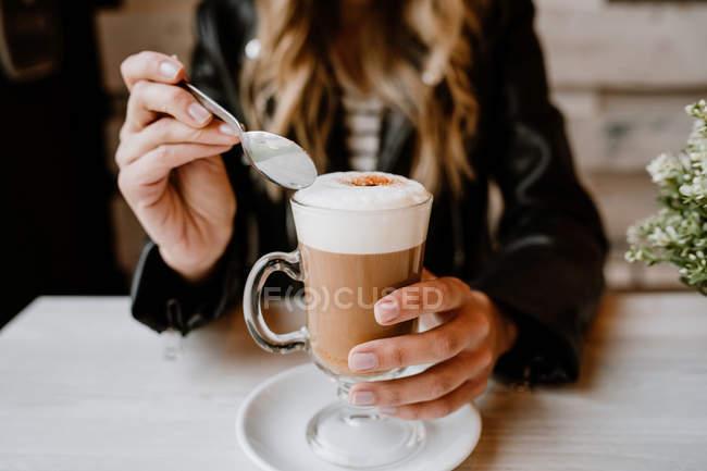 Перекручений образ красивої білявки, що п'є зі склянки смачної піни. — стокове фото