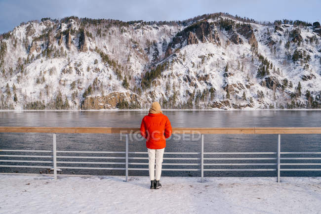 Позаду сибірської річки з розкішними сніговими горами. — стокове фото