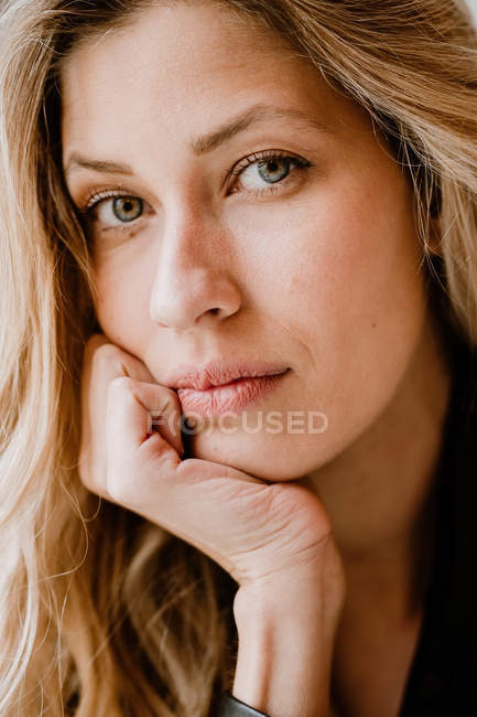 Portrait of a stylish beautiful confident blonde woman looking at camera — Stock Photo