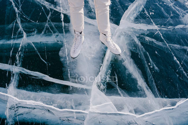 Immagine ritagliata di pattinaggio donna sul fiume congelato — Foto stock