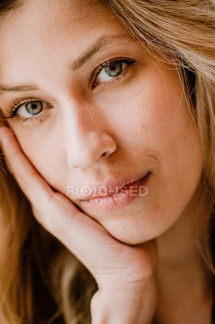 Портрет стильной красивой уверенной блондинки, смотрящей в камеру — стоковое фото
