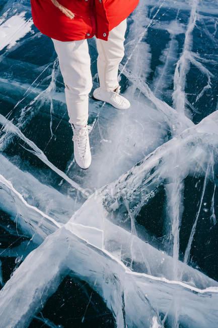 Immagine ritagliata di Donna pattinaggio sul fiume congelato — Foto stock