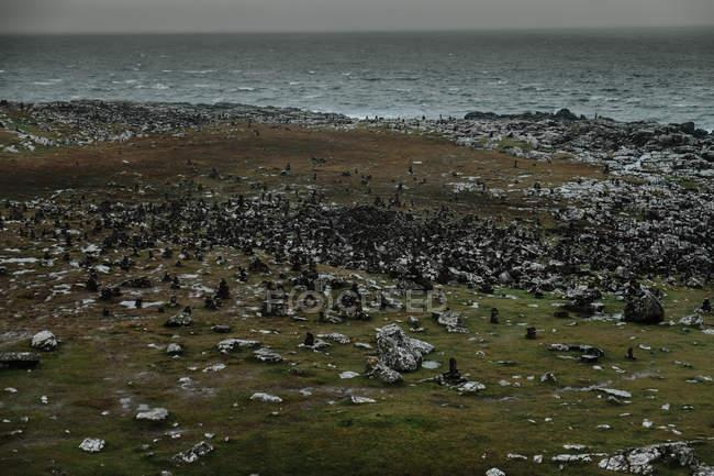 Rocky ocean coast in Scotland on stormy daytime with misty and foggy weather — Fotografia de Stock