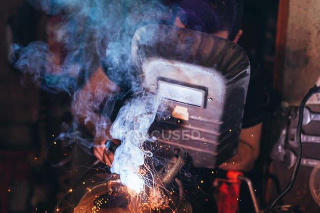 Професійний зварювач в масці зварювальний метал — стокове фото