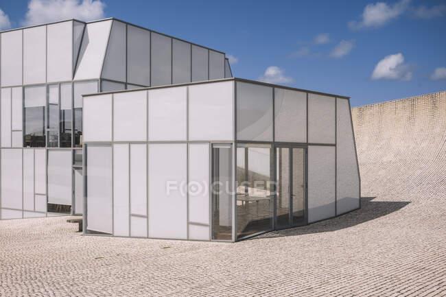 Сучасний стиль будинку зі сходами на бруківці. — стокове фото