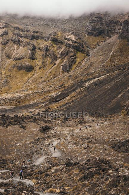 Desde arriba del colorido y extenso terreno rocoso con turistas paseando por el Tongario de Nueva Zelanda. - foto de stock