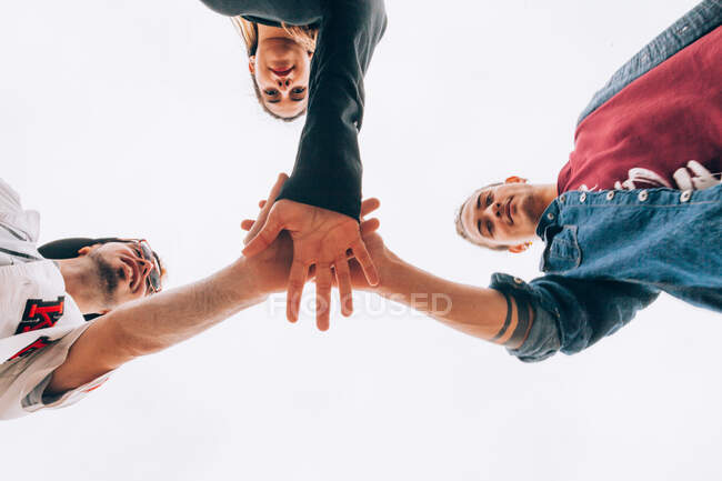 Groupe de jeunes qui mettent la main ensemble — Photo de stock