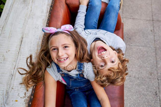 Bambini giocosi che si divertono sul divano auto creativo — Foto stock
